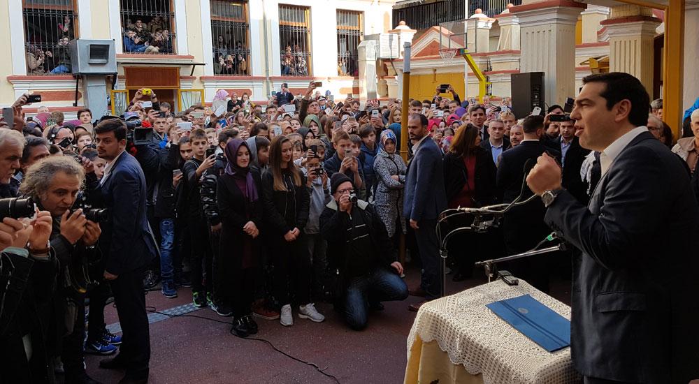 Başbakan Çipras aba altından sopayı gösterdi