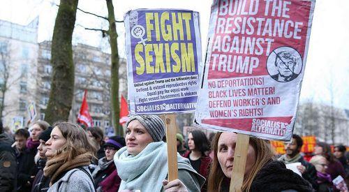 Brüksel'de yüzlerce kişi Trump'ın vize yasağını protesto etti