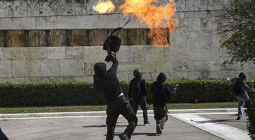 Atina'da parlamento binasına molotofkokteylli saldırı