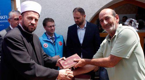 TDV Karadağ'da Kur'an-ı Kerim meali dağıttı