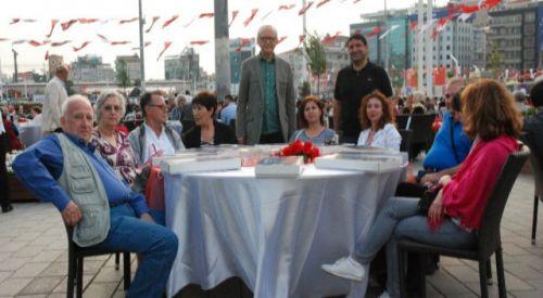 Yunan turizmciler, Taksim'de iftara katıldılar