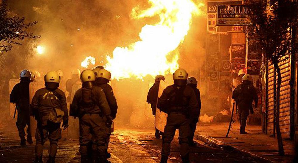 Atina'da ırkçılık karşıtı yürüyüşte sokaklar karıştı
