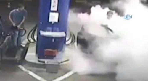Benzin istasyonunda sigara içene yangın tüpüyle müdahale