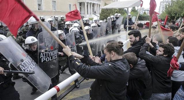 Parlamentoya girmek isteyen öğrenciler polisle çatıştı