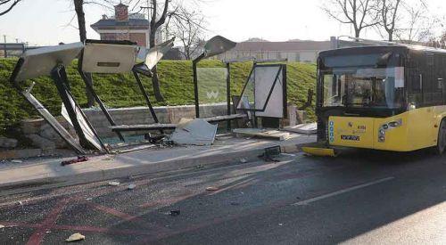 Otobüs durakta bekleyenlere çarptı: 3 ölü